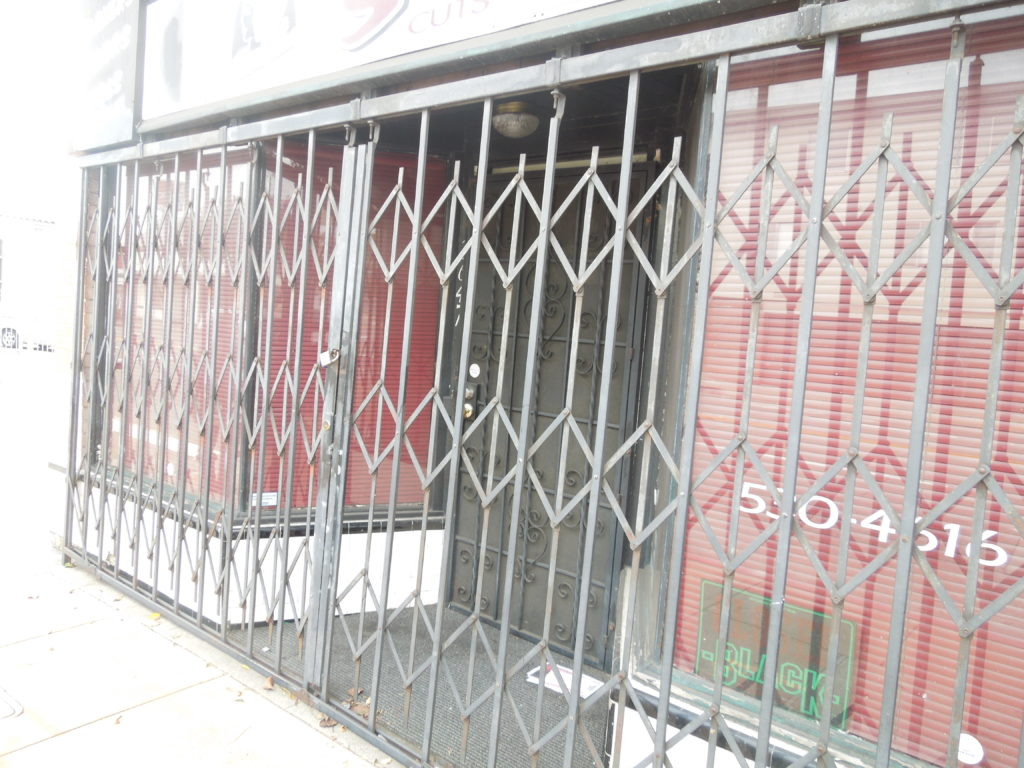 Many stores are closed, empty or for leasing. Photo: Jian Di Liang. Oakland Voice, 2012.